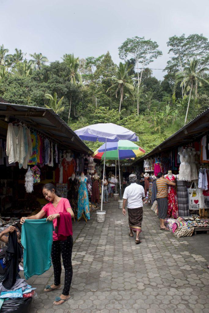 Mercato all'uscita del Pura Tirta Empul, Ubud, Bali